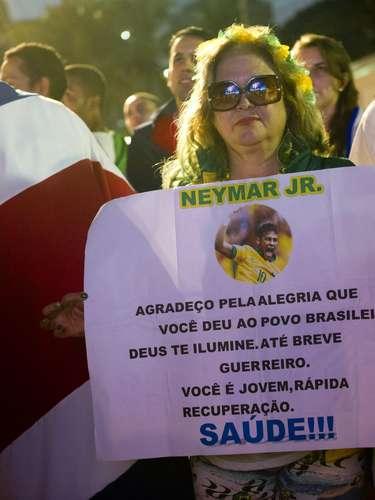 Após sofrer uma fratura na vértebra e acabar fora da Copa do Mundo, Neymar virou notícia no mundo todo. No Brasil, não foi diferente, e os torcedores aproveitaram para mandar mensagens positivas ao atacante;durante o jogo Holanda x Costa Rica, na Fan Fest em Copacabana, torcedora demostrou solidariedade