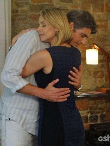 Após flagrar beijo de Verônica e Cadu, Silvia procura o chef e se declara
