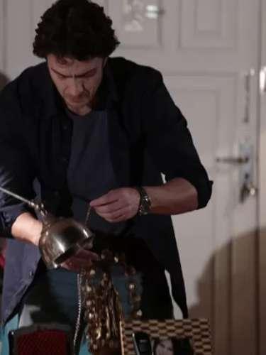Enquanto espera Luiza sair do banho, Larte resolve remexer nas coisas de Helena