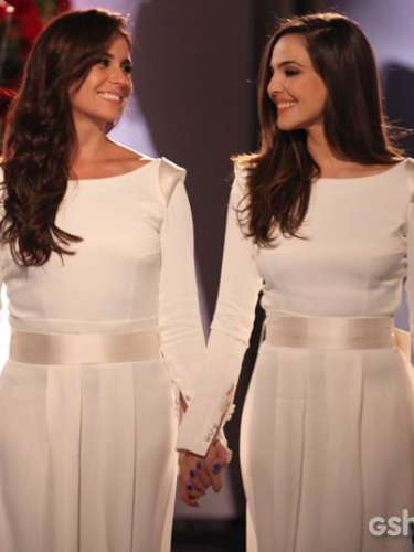 Depois de percorrem muitos obstáculos, Clara e Marina finalmente se casam, com a presença de amigos próximos e familiares