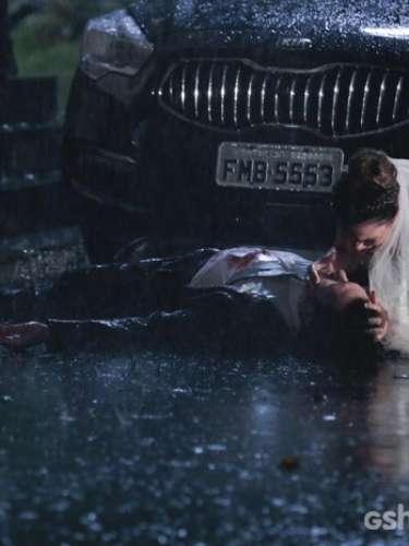 Luiza (Bruna Marquezine) se desespera ao ver o marido ser atingido por um tiro