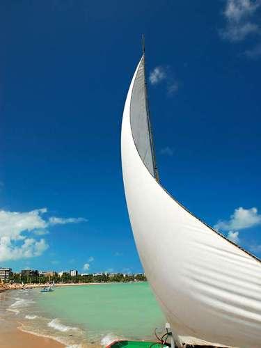 Praia de Pajuçara, Maceió, Alagoas: é uma das mais belas e movimentadas de Maceió, capital de Alagoas. Além de seu agito na praia, com pessoas de todas as idades, Pajuçara é o ponto de partida para magníficas piscinas naturais a cerca de 2 km do litoral, num dos principais pontos turísticos da capital alagoana
