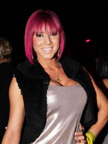 Preocupada com a aparência desde pequena, a moça de cabelos cor de rosa já aplicou prótese de 400 ml de silicone em cada seio