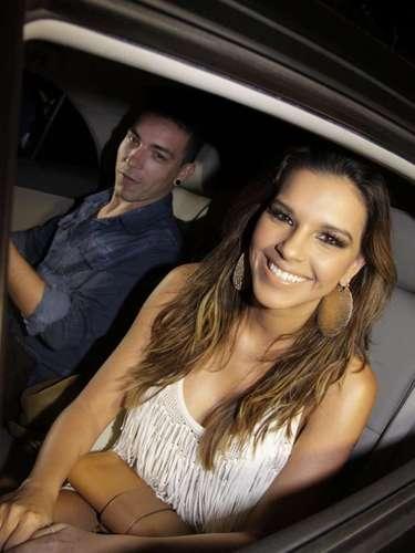 Mariana Rios e Di Ferrero tiraram fotos na chegada do evento