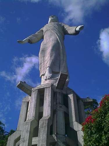 Cristo del Picacho, Tegucigalpa, Honduras: inaugurado em 1997, o imponente Cristo del Picacho tem 2 500 toneladas e 32 metros de altura sobre um monte do norte de Tegucigalpa, capital do Honduras. Principalmente à noite, enquanto está iluminado, o Cristo é visível por cerca da metade da população da cidade
