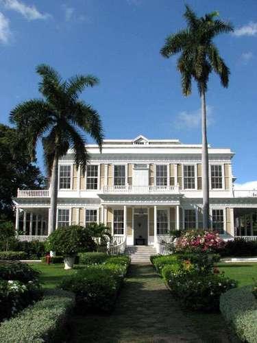 Devon House, Kingston, Jamaica: magnífica mansão do século 19 e símbolo da diversidade cultural da Jamaica, nunca deixa de encantar os turistas no coração de Kingston, capital da Jamaica. A mansão era propriedade de George Stie, o primeiro milionário negro do país, e conta com uma linda arquitetura colonial cercada por belos jardins
