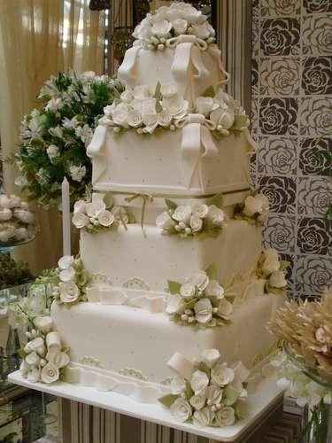 Bolo quadrado com detalhes em branco e verde de quatro andares coberto compasta americana, Simone Amaral - Sugar and Arts. Preço: R$ 200 o quilo de andar verdadeiro, andares falsos e flores são cobrados a parte