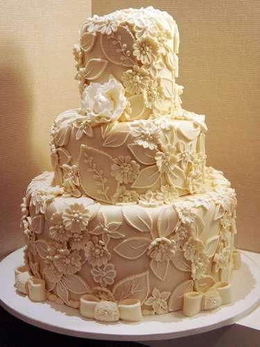 Bolo redondo branco de três andares coberto com pasta americana e flores em alto relevo, Simone Amaral - Sugar and Arts.Preço:R$ 200 o quilo de andar verdadeiro, andares falsos e flores são cobrados a parte