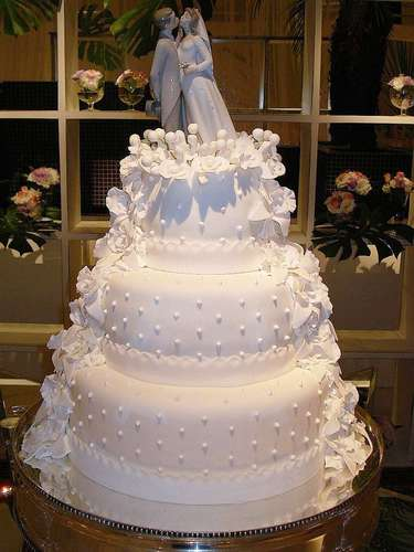 Bolo redondo branco de três andares coberto com pasta americana, Simone Amaral - Sugar and Arts.Preço:R$ 200 o quilo de andar verdadeiro, andares falsos e flores são cobrados a parte