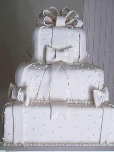 Bolo quadrado branco de três andares coberto com pasta americana, Simone Amaral - Sugar and Arts.Preço:R$ 200 o quilo de andar verdadeiro, andares falsos e flores são cobrados a parte