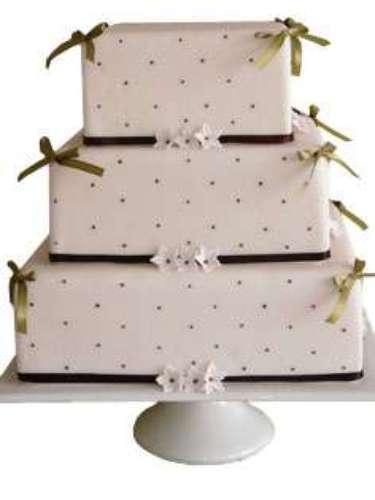 Bolo quadrado de três andares coberto de pasta americana com flores, fitas e pontinhos, Special Cake. Preço:a partir de R$ 100 o quilo