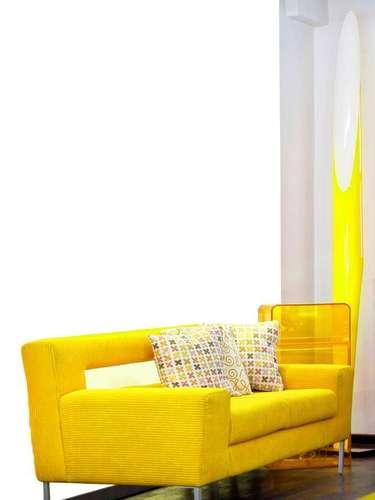 Sofás amarelos são muito usados em salas com decoração moderna e clean