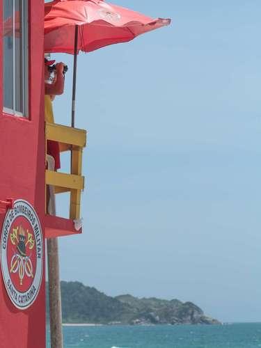 25 de dezembro-Salva vidas monitoram os banhistas na orla da praia de Bombas, em Bombinhas