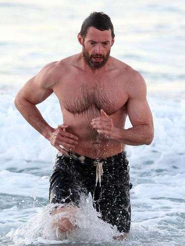 Eterno Wolverine, o australiano Hugh Jackman circulou por praias mostrando seus músculos e a barriga sarada enquanto filmava mais uma versão de Os Miseráveis, no papel de Jean Valjean