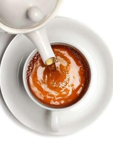 Chá de boldo  apesar de apenas uma 1% da causa do mau hálito ser de origem estomacal, o chá de boldo ajuda na digestão.