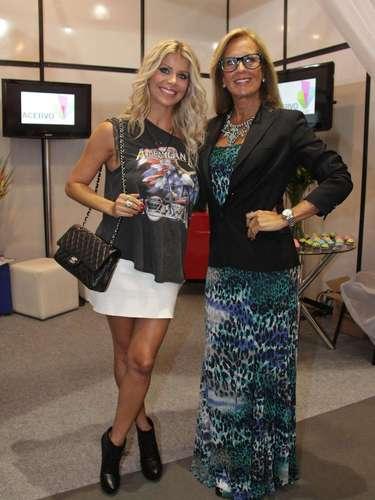 Além de Karina, Helô Pinheiro trambém prestigiou o São Paulo Prêt-à-Porter, que acontece no Expo Center Norte até 17 de janeiro. As atrizes estiveram no estande da Acervo no Salão Top Style
