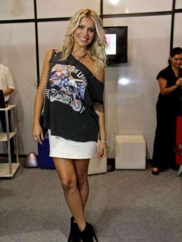 A atriz e apresentadora Karina Bacchi, conhecida por seu estilo rock 'n' roll, não deixou o gosto de lado para comparecer à São Paulo Prêt-à-Porter, nesta segunda-feira (14). De mini saia, salto alto, camiseta preta e anel de caveira, ela contou que acompanha as tendências pela mídia e pela rede social Instagram, mas que sempre adapta os modelos ao seu estilo. \
