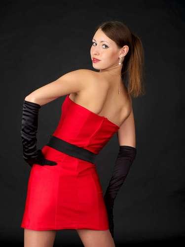 Usar vestido justo e curto demais: é deselegante escolher um vestido justo e curto demais e, depois, ficar puxando-o para baixo a cada passo. \