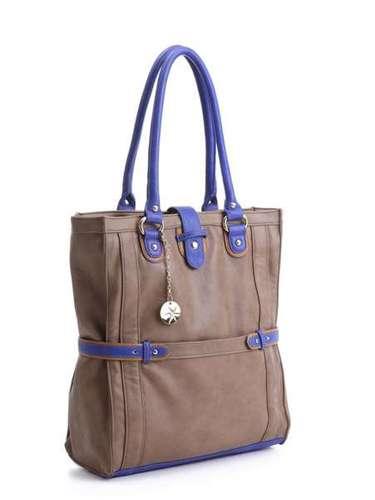 Pegada mais esportiva nessa bolsa grande bege com detalhes azuis