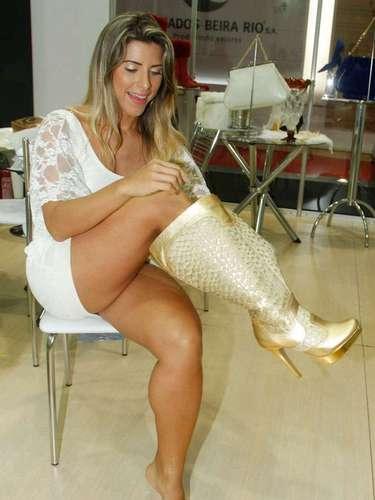 Ana Paula experimentou um par de botas douradas
