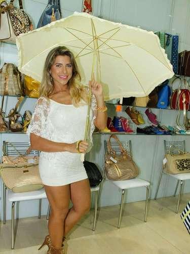 A modelo se divertiu com os acessórios da By Filip, como o guarda-chuva