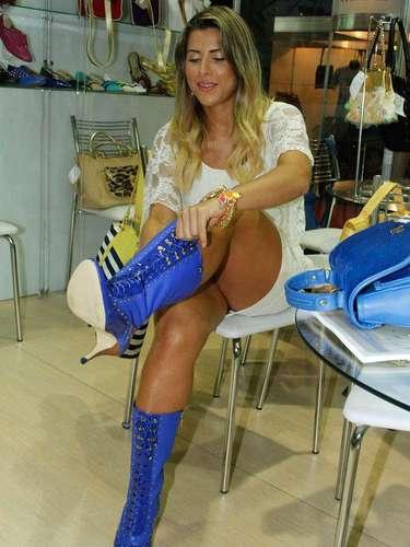 Ana Paula ousou com um par de botas médias azul royal