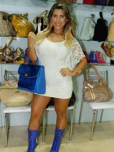 Ela se divertiu criando looks, combinando a bota com a bolsa