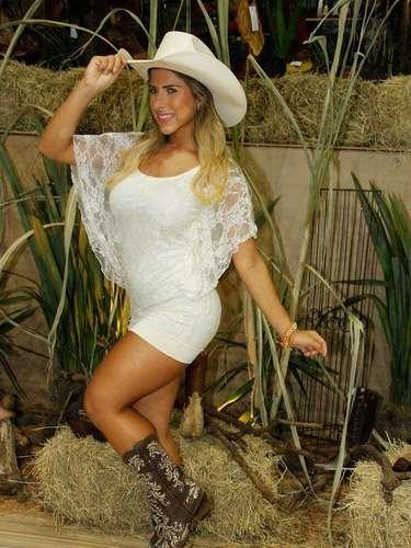 Ana Paula também experimentou botas de coubói
