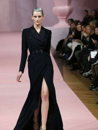 As fendas também tiveram destaque na frente dos vestidos, como neste vestido deAlexis Mabille