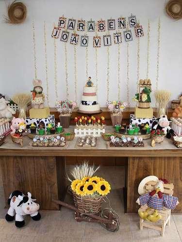 Com o tema Fazendinha, a mesa idealizada por Fabiana Moura conta com bichinhos de pelúcia variados. Informações: (11) 98279-9770