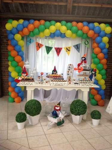 Para o tema Circo, palhaços e bexigas coloridas incrementam a mesa idealizada por La Belle Vie Eventos