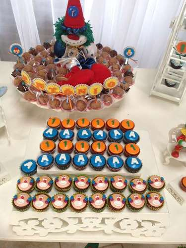 Os cupcakes da festa Circo, da La Belle Vie Eventos, são decorados com imagens de palhaços, letras e números