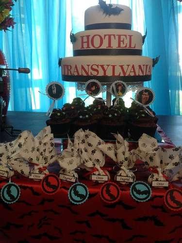 Morcegos enfeitam o bolo e a toalha da mesa da festa, cujo tema é o filme Hotel Transilvânia. A proposta é da La Belle Vie Eventos