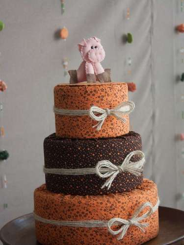 Para a festa Fazendinha, o Ateliê de Criação apostou em bolo falso de tecido com porquinho no topo
