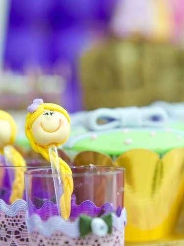 Os copinhos com doces contam com colher enfeitada com a cabeça da personagem do filme Enrolados. A ideia é da Komemore Festas Personalizadas