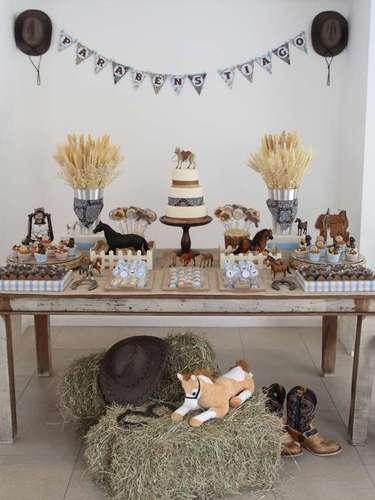 A festa infantil de tema Cavalos conta com chapéus, botas, feno, roda de carroça e, como não poderia deixar de ser, muitos cavalos. A proposta é de Fabiana Moura