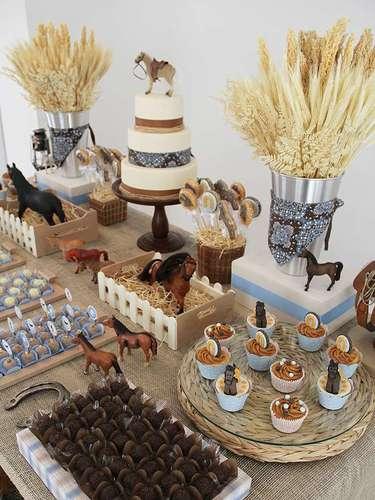 Os cupcakes e cookies foram decorados com imagens de cavalo e ferradura na festa de tema Cavalos, de Fabiana Moura