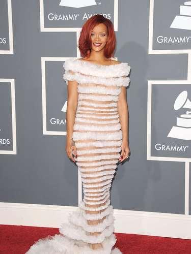 No Grammy de 2011, Rihanna apareceu com esse vestido de faixas transparentes, mostrando sua silhueta sereia. Ficou bem deselegante. Parece que a moça deixou o forro em casa. Melhor esquecer esse look
