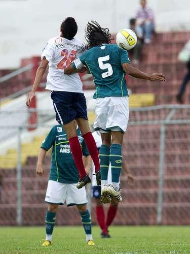 Porém, logo aos 6min do segundo tempo, o Goiás perdeu o zagueiro Yago, que recebeu o segundo cartão amarelo após falta em Ryder
