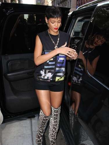 Parece que a bota é de estimação da cantora, que já usou outra vez também com adereços pretos. Convenhamos, o calçado é muito legal, mas realmente requer atitude para ser usado por quem não está na mira dos paparazzi