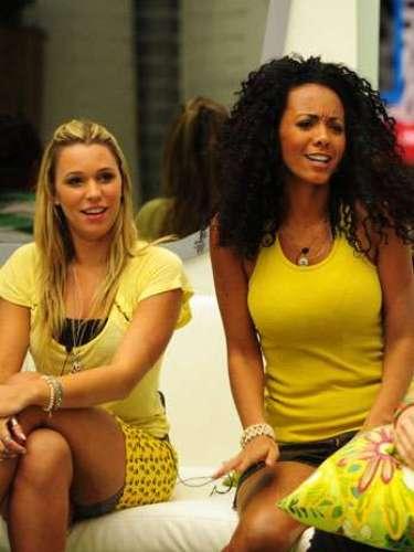 Tanto a Marien quanto a Aline estão vestidas como se estivessem numa casa de praia com os amigos. Então está tudo certo. Quase não dá para ver, mas a Marien usa um short de elastano cinza por baixo da saia. É uma ótima pedida para quem gosta de minissaias