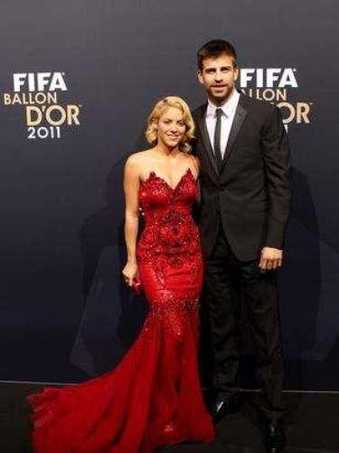 Shakira anunciou o relacionamento com Piqué divulgando, em sua página no Twitter, uma foto ao lado do jogador, no dia 29 de março de 2011