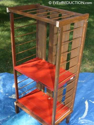 Vire o berço verticalmente, com o lado aberto para frente. Use os pedaços de madeiras cortados como estante (na altura que preferir) e coloque quatro \
