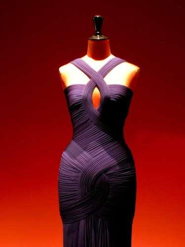 Os vestidos são criados diretamente sobre o corpo ou um manequim, técnica conhecida como moulage