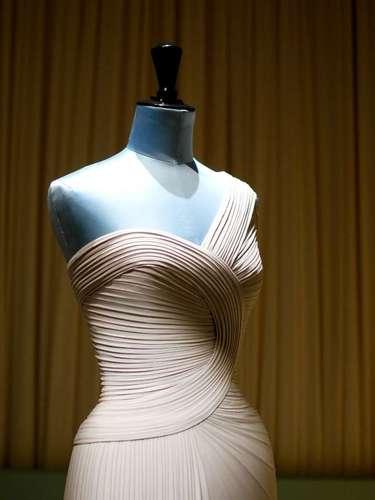 Usando jérsei de viscose ou de seda, Hervé L. Leroux trabalha drapeados minuciosos