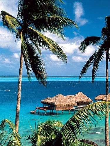 Plantações de baunilha, uma fazenda de pérolas e uma linda lagoa para mergulhos e passeios de caiaque fazem parte das maravilhas pelas quais a ilha de Huahine é um destino único e romântico. Num pequeno paraíso quase intocado, o vilarejo de Maeva e a praia de Hana Iti são pontos imperdíveis do roteiro