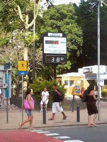 1º de fevereiro Mesmo no fim da tarde, Porto Alegre ainda tinha sol forte e calor abafado, com relógio de rua no Centro marcando 38ºC
