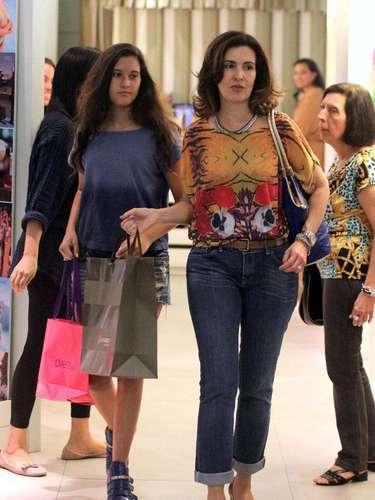 A apresentadora usa sempre looks acinturados, mesmo quando veste calça jeans, como no visual escolhido para passeio em shopping no Rio de Janeiro