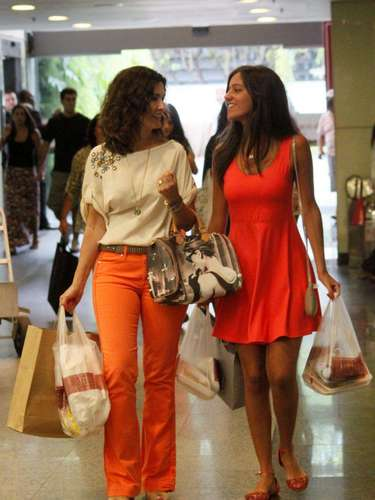 Fátima faz compras usando calça colorida e blusa com bordados, além de acessórios que usa na vida real e no programa Encontro