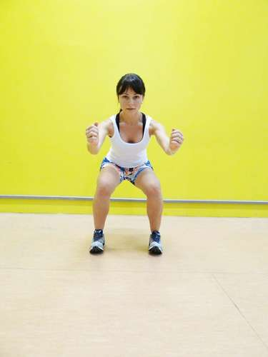 Entre os exercícios mais praticados por quem deseja deixar o corpão sarado, destaca-se o agachamento